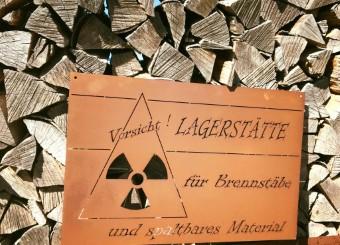 Holzbeige dekorieren mit einem Blechschild aus Edelrost fürs Kaminholzlager
