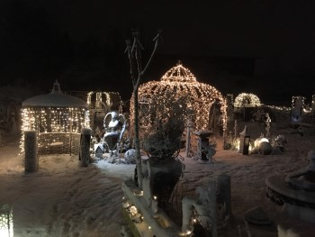 Beleuchteter Edelrost Pavillon im Winter
