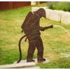Edelrost Feuerwehrmann auf Platte als Brunnen aus rostigem Metall zur Gartendeko und als Geschenk