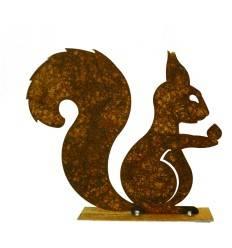 Eichhörnchen mit Nuß in der Hand auf Platte