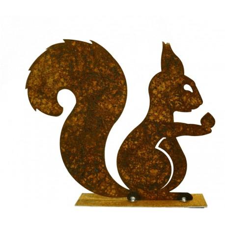 Rost Eichhörnchen mit Nuß in der Hand auf Platte