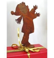 Junge Benjamin h 19cm auf Platte Rostiger Junge, der Geschenk entgegen nimmt