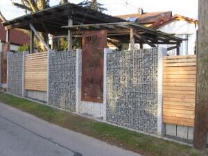 In einer Gabione und Granitsäule eingefasste Sichtschutzwand aus Metall