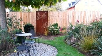 Die Gartenlounge als Lieblingsplatz mit einer Sichtschutzwand verschönern.