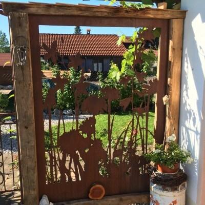 Sichtschutzwände mit Holz Pfosten wirken rustikal und massiv
